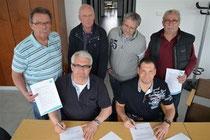 Die Zusammenarbeit besiegelt: Karl-Heinz Fischer, Klaus Henne, Hans-Peter Hoffmann und Norbert Lüer mit Michael Kahnert und Mike Pribyla.
