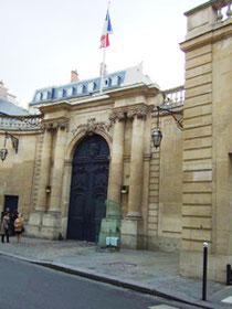 【マチイニオン邸】3m以上の高い門扉は、国家衛兵が護衛する