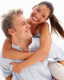 Selbstsicher reden und lachen mit schönen weißen Zähnen (© Yuri Arcurs - Fotolia.com)