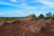 Le rocher des Faux-Amants domine le Val.