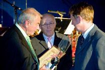 Gustl Fuchs + Egon Eisert (i.V. Peter Eisert) bei der Ehrung durch Bürgermeister Dümig