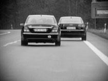 Schutz- und Begleitfahrzeug beim SISU Personenschutz im Einsatz auf der Bundesstraße