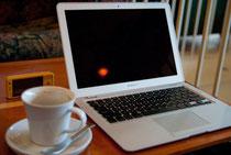 パソコンとコーヒーカップ