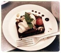 鎌倉の長谷にあるマクロビカフェでいただいたブラウニー。クリームは豆乳のクリームでしたが、豆の生臭さがなく優しい甘味で、美味しゅうございました(^人^)