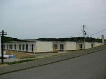 避難所の脇で仮設住宅の建設が始まっていました。