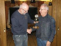 Der 1. Vorsitzende Dieter übergibt den Pokal an Martin