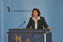 Die Staatsschreiberin, Barbara Schüpbach, verkündet die Resultate. Foto: Juri Weiss