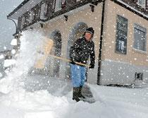 Fredy Schumacher kämpft mit den Schnee-massen vor dem kultur-bad