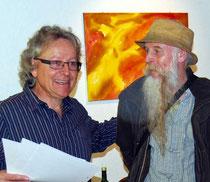 Pius Häfliger beglückwünscht den Maler Josef Lustenberger zu seinen kraftvollen Werken