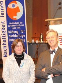 Museumsleiterin Sabine Hacke im Gespräch mit Prof. Dr. Gerhard de Haan bei der Auszeichnungsveranstaltung in Frankfurt