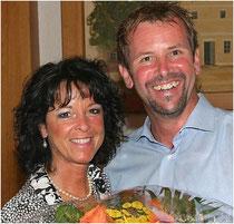 . . . und dankt Evi Wiesner für ihre Arbeit im Verein mit Blumen.