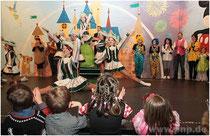 Ran an die Bühne und mitklatschen – so muss es sein beim Kinderfasching. Hier beim Auftritt der Teenygarde.  −Foto: Eckelt