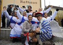 Bayerischer geht's nicht: In opulenten Dirndlkleidern begleiteten die Rotthalmünsterer Gardemädchen ihren Faschingsprinz Florian I, der als Erzengel Aloisius gekommen war und seine Lieblingsbedienung Kathi I.gleich zu seiner Prinzessin gemacht hatten.