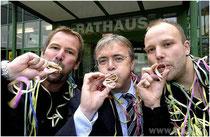 Präsidenten der Faschingsgesellschaften Pocking und Hartkirchen-Inzing mit Bürgermeister Franz Krah