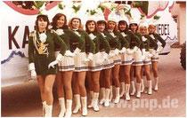 Mit Faltenrock und Federhut: Die Garde im Jahr 1970 mit Majorin Regina Tambe (Riermeier)