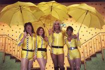 Pockinger Weiber in gelben Kostüm mit Sonnenschirmen