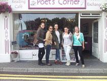 Lissy (D), Ester (S), Laura (S), Maggie (I) und ich vor dem Büchercafé