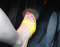サンダル履き ブレーキ操作 危険