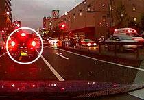 事故現場に気を取られると前車のブレーキに気づかない