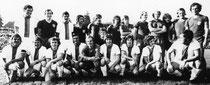 Gemeinsames Mannschaftsfoto mit dem FCB 1973 am Gymnasium
