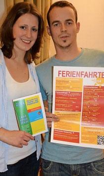 Solveigh Reck und André Krause, zwei der über 100 Ferienfahrtenbetreuer, präsentieren die Ferienfahrten und die Gelbe Broschüre 2014 - Foto: Beneke (Tageblatt)