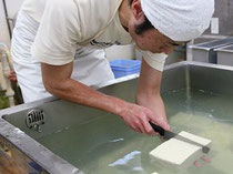 毎日、朝早く豆腐作りに精を出します