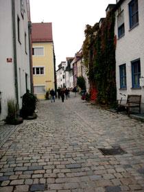 Kopfsteinpflaster und alte Häuserzeilen