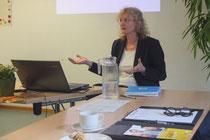 Dr. Angela Rischer bei ihrem Vortrag vor Fachpublikum im Haus der Katholischen Stadtkirche - Foto: Norbert Feulner