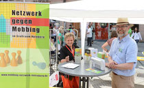 Ingrid Bäumler (ver.di Mittelfranken), Bernd Schnackig (Beratungsselle gegen Mobbing) beim 19. Gesundheitsmarkt in Nürnberg - Foto: Norbert Feulner