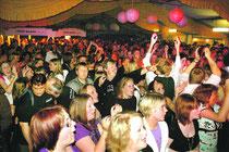 Das hat Bremervörde noch nie erlebt: Über 1.500 Besucher wollten die große Schlager-Party live erleben. Fotos: Zimmering