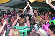 Mehr Partystimmung geht nicht. Bei der ffn-Schlagerparty im Bremervörder Schützenpark geht die Post ab. Fotos: Monsees