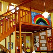 So sehen unsere Gruppenräume aus. Die verschiedenen Ebenen bieten den Kindern Rückzugsmöglichkeiten.