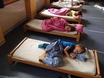 Der Turnraum dient auch als Schlafraum.