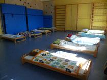 Turnraum mit aufgestellten Betten