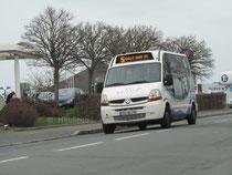 Le minibus Dietrich Noventis 420 numéro 22 du réseau KSMA de Saint-Malo au départ de l'arrêt Duguay-Trouin. Il circule sur la ligne 5 en destination de Rosais.