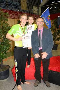 Christoffer und Max mit Cheftrainer Hans Dieter Tilly freuen sich über den deutschen Vizetitel