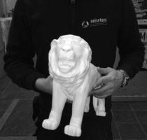 Fertige Löwenskulptur in klein, weiß grundiert, ca. 38cm lang