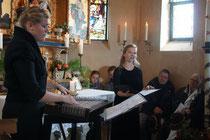 Pia Grandl und Laura Faig im Wendelsteinkirchlein während dem Festival-Zither am Berg