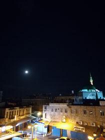 Der Mond geht unter über Akko. Mit den Rufen des Muezzin werde ich wach und erwarte auf der Dachterrasse meines Hostels den Sonnenaufgang
