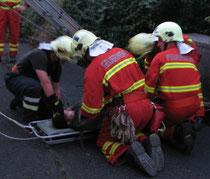 Bereitstellung Patienten auf Schlitten für Abtransport über Leiter