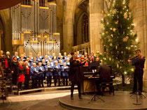 Musizieren in der Runde – im Weihnachtskonzert hebt das die Stimmung aller Beteiligten (hier im Weseler Dom). Foto: Bomans