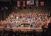 160 Aktive standen beim Abschlusskonzert des Comenius-Projekts in der Erkelenzer Stadthalle auf der Bühne. Am Ende klatschten die begeisterten Zuhörer stehend Beifall. Foto: Renate Resch-Rüffer