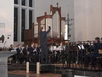Der Städtische Musikvereins Erkelenz spielte mit dem neuen Dirigenten Tobias Liedtke das Adventskonzert in St. Lambertus. Foto: Renate Resch-Rüffer
