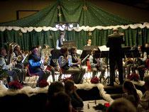 Auf vorweihnachtlich geschmückter Bühne erfreute der Musikverein sein Publikum in der Mehrzweckhalle. Foto: Renate Resch-Rüffer