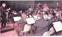 Tobias Liedtke dirigierte das Hauptorchester, das mit Musical- und Fitmmelodien glänzte.  RP-FOTO: JÜRGEN LAASER