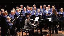"""Der Aker-Wirth-Werkschor bekam für sein Konzert in der Stadthalle am Franziskanerplatz stehende Ovationen der 400 Zuhörer. Er war mit der Bergkapelle """"Sophia-Jacoba"""" aus Hückelhoven aufgetreten. FOTO: JÜRGEN LAASER"""