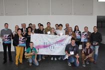 Erkelenzer Akteure, Organisatoren und Förderer des europaweiten Musikprojekts werben im Stadthallenfoyer für die CD vom Schlusskonzert. Foto: Uwe Heldens