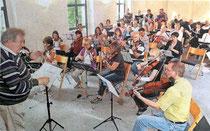 Norbert Brendt bei einer gemeinsamen Probe mit Collegium Musicum und Cornelius-Burgh-Chor     RP-FOTO: LAASER(ARCHIV)
