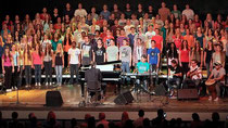 Erkelenz: 260 Musiker auf eine Bühne gebracht Der 160 Stimmen starke Oberstufenchor des Cusanus-Gymnasiums trat unter der Leitung von Michael Forg (Flügel) am Donnerstagabend in der Stadthalle auf. FOTO: Jürgen Laaser