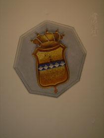 """Stemma della famiglia """"Cirino"""". Sulla volta della sala d'ingresso al piano nobile adibito a studio. Lo stemma: cinque losanghe su banda azzura e croce dei Cavalieri di Malta."""